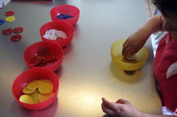 Montessori: Münzen sortieren.