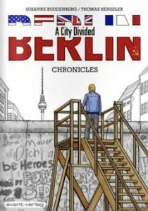 베를린, 분단된 도시 | 2012년 출간, 페이퍼백, 흑백, 96페이지, 24 x 17 x 1,6 cm, 그래픽 노블 | 베를린 장벽은 28년동안 가족과 친구를이 헤어져 있게 만들었다. 코믹북 아티스트인 Susanne Buddenberg 과 Thomas Henseler 는 분단의 아픔을 겪은 사람들을 인터부하고 그들의 이야기를 다규멘터리 형식으로 기록했다. 이 그래픽 노블에는 총 5편의 이야기가 실펴있다. 먼과거의 일도 아니지만 지금와서 생각하면 어떻게 그런일이 가능했을까 라는 생각을 들게 해 준다. 위조된 신분증으로 동독을 떠나고 싶은 젊은 여자의 이야기. 몰래 서독으로 넘어간 동독 대학생이 처음으로 경험하는 서독 젊은이들의 파티 문화, 베를린 장벽 근처 공공건물에 숨어있다 서독으로 넘어갈 계획을 세우고 있는 한 가족 이야기등….베를린에 가면 방문 해 볼 수 있는 실제의 장소들이 등장한다. 지금은 평화롭고 문화적으로 활기찬 그곳에 담겨져 있는 드라마틱한 이야기는 매우…