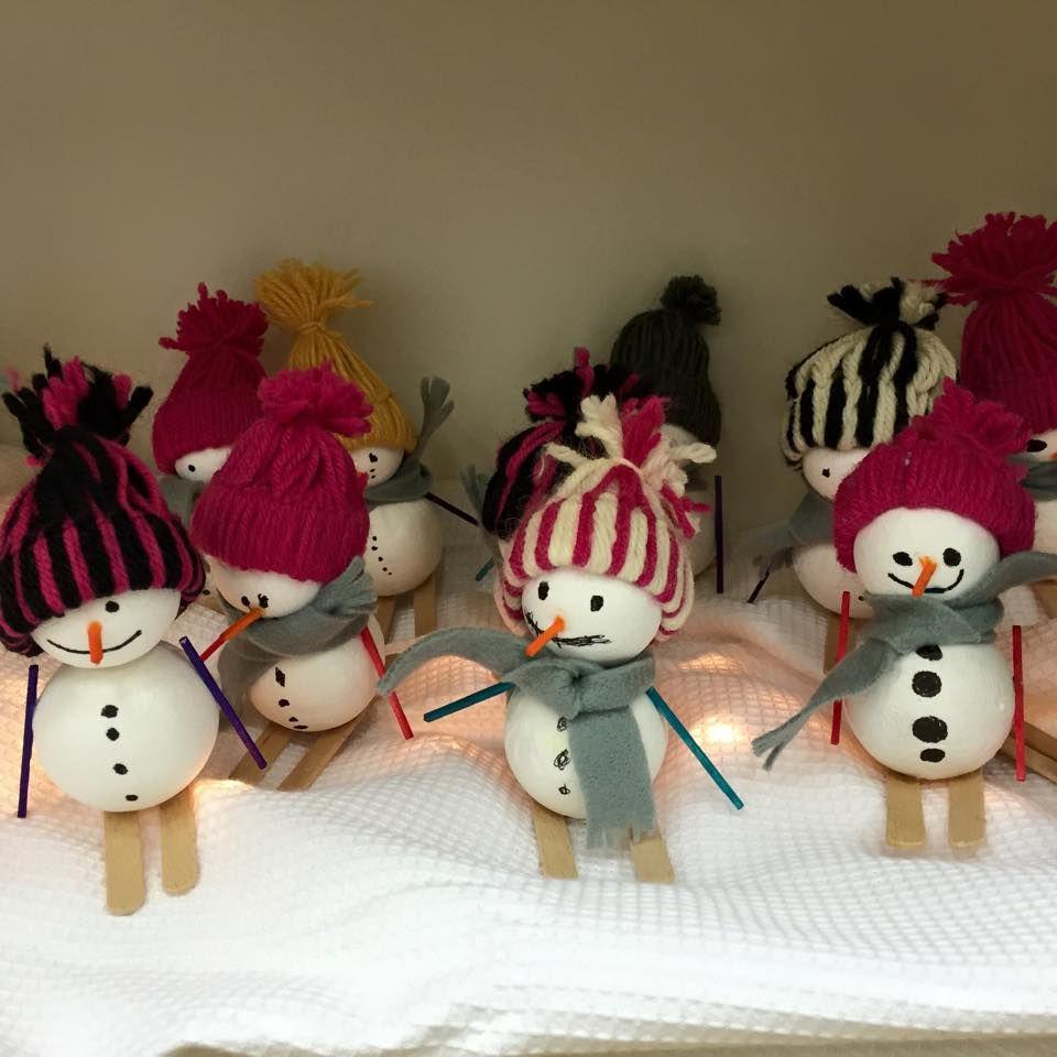 """""""Lumiukot hiihtämässä"""" (1.-2.lk) Pipon idea Pinterestistä! (Alkuopettajat FB -sivustosta / Eeva Hiltunen)"""