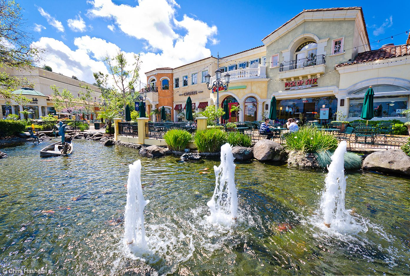 The Commons At Calabasas Is A Crescent Of High End Retail S Restaurants And Entertainment Choices Set Against Hillsides