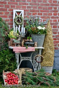 the base of an old singer sewing machine used outside #herbstdekoeingangsbereich