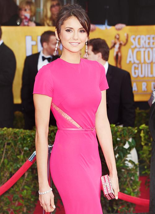 Nina Dobrev usando pink em um Elie Saab *____________*