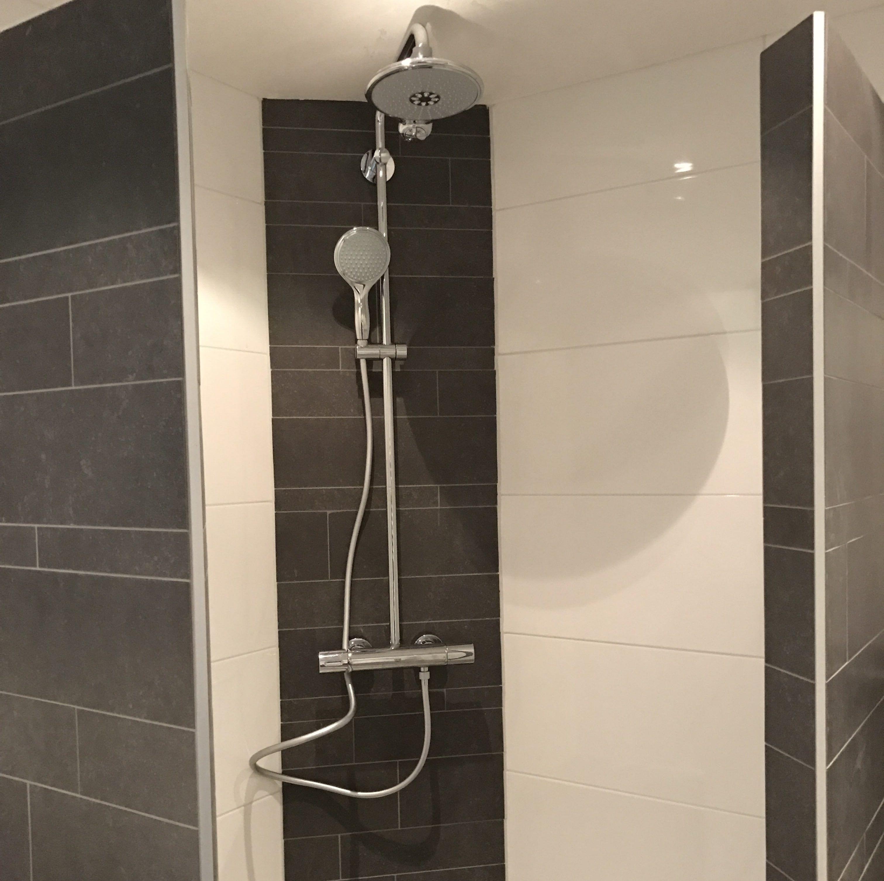 Badkamer Tegels Wit.Moderne Badkamer Tegels Zwarte Stroken Tegels In Combinatie