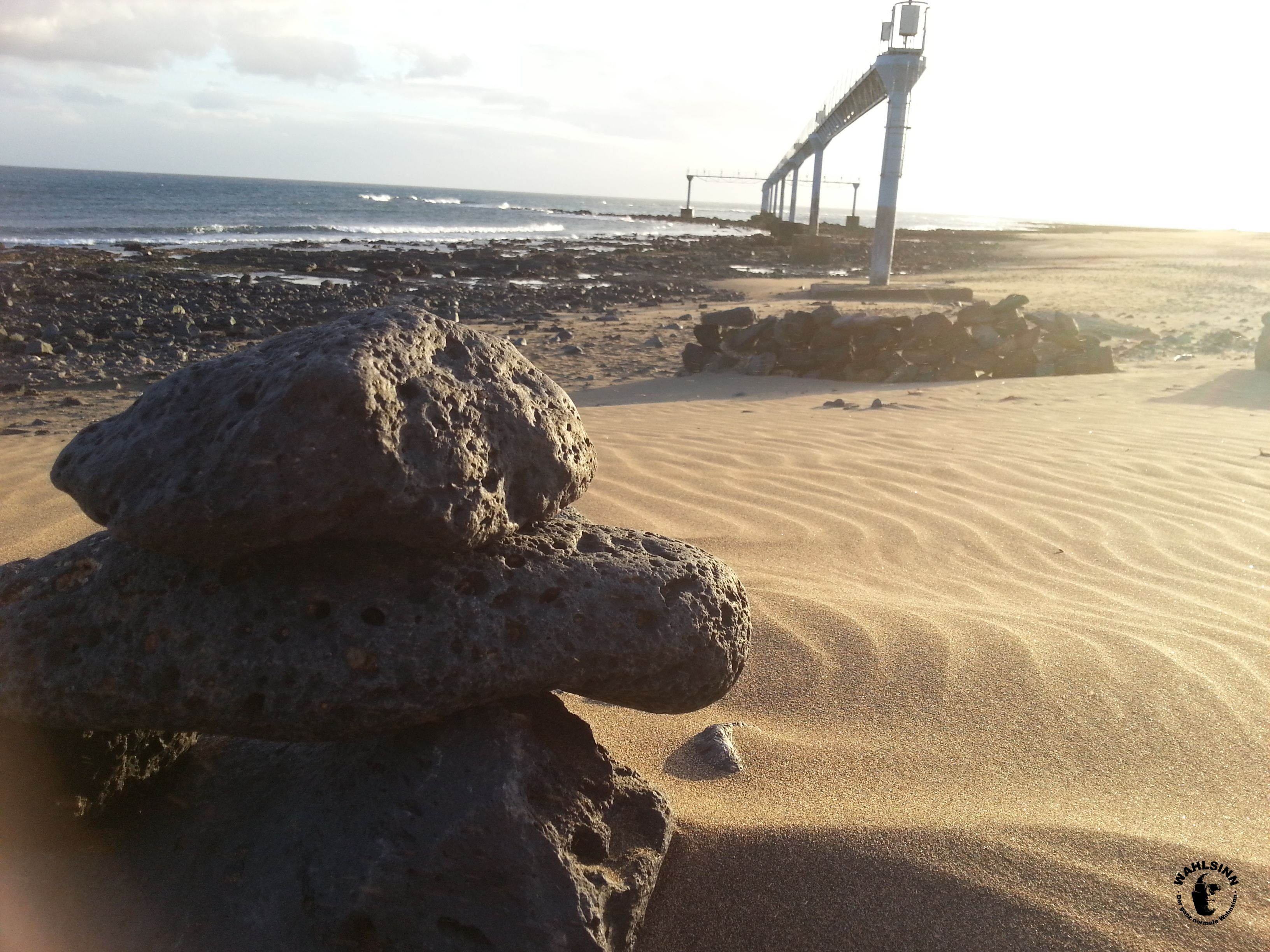 Lanzarote - Start und LKandebahn des Flughafens hinter dem Kamerakind