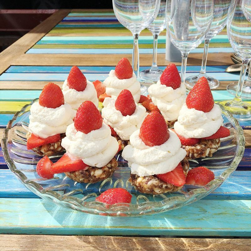 Til min mands fødselsdag lavede jeg glutenfri cheesecake uden sukker, og tre dage efter var det min fars tur til at blive fejret. Siden det er jordbærsæson lidt endnu, og fordi jeg ikke kan få nok af dem (så I min opskrift af bare 2 ingredienser på den bedste jordbær sorbet, som er sukkerfr....