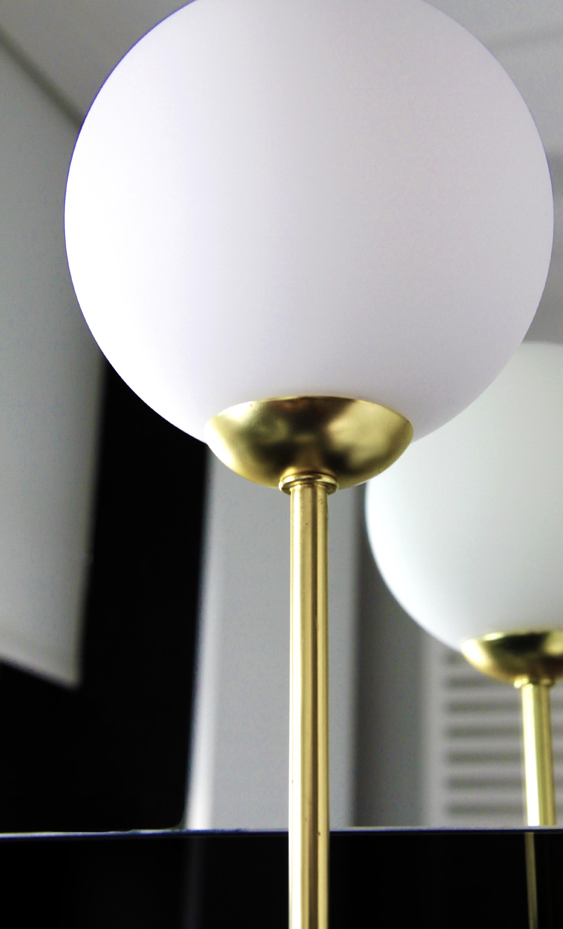 Lámpara de sobremesa Lampion de bola de cristal. Cuerpo de latón y ...