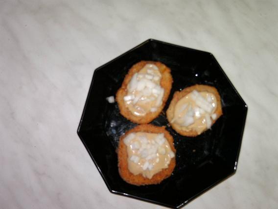 Nastrouhaný sýr,vejce a mléko-smícháme na polotuhou hmotu.Přidáme prášek do pečiva,sůl a zahustíme to hrubou moukou,nebo strouhankou na hmotu,aby...