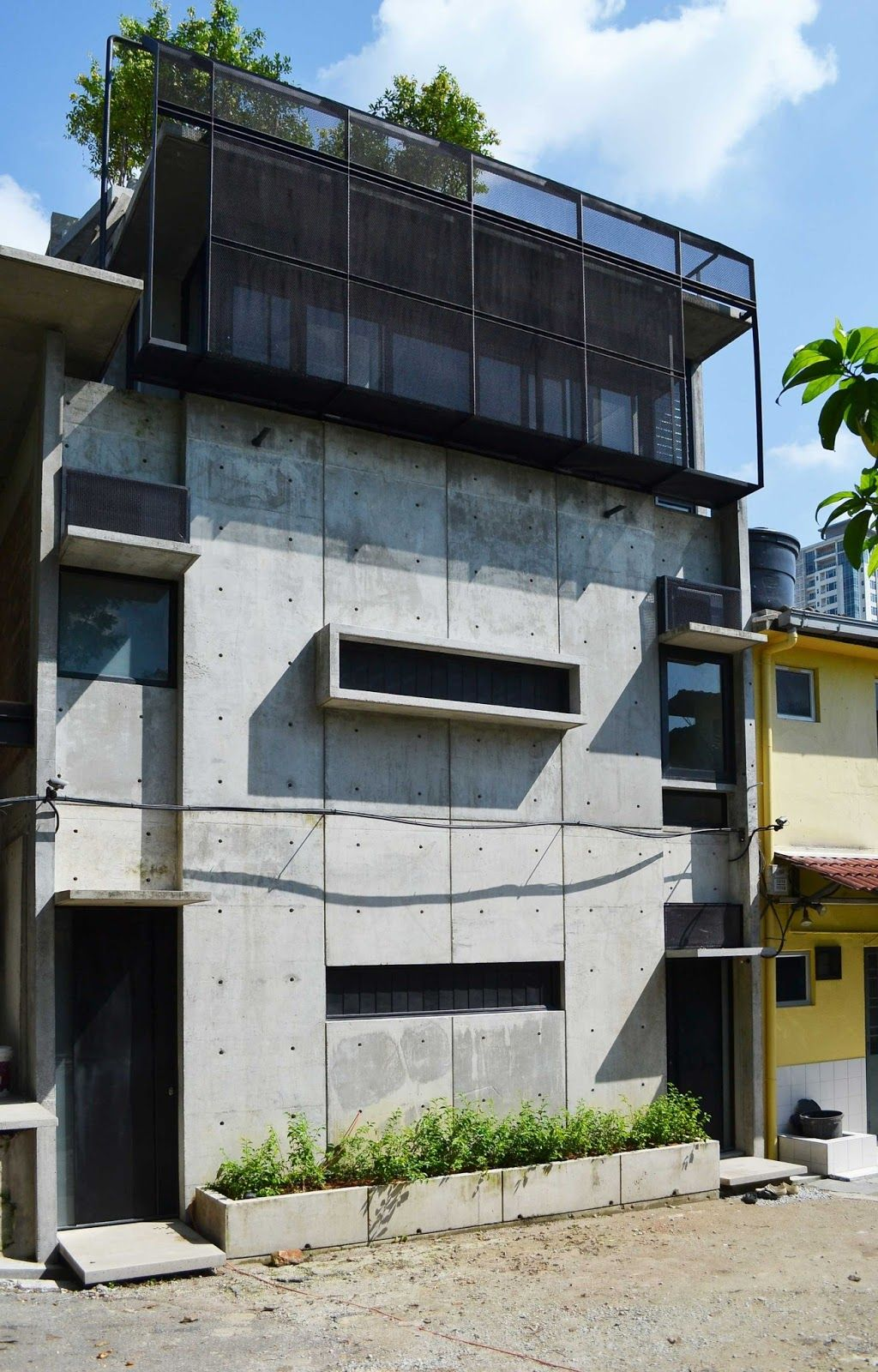 Duo Duplex Off Form Concrete Wall Tetawowe Atelier Concrete Wall Industrial House Front Courtyard