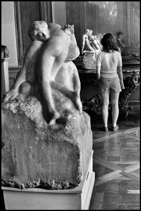 Elliott Erwitt - Paris. 1975. Musee Rodin.