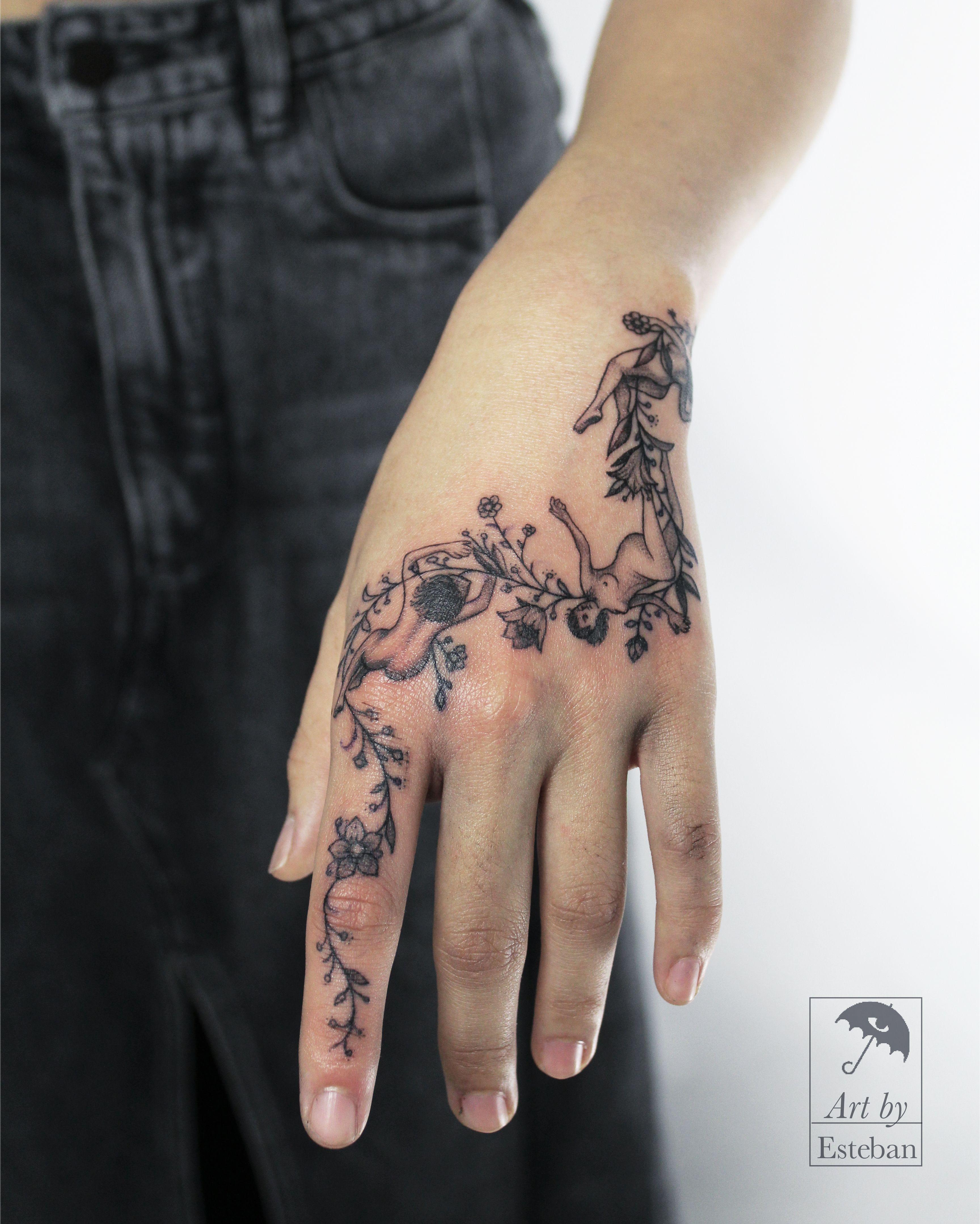 Black Black Tattoo Blackwork Blackwork Tattoo Black Work Black Work Tattoo Feminine Feminine Tattoo Hand Blackwork Tattoo Finger Tattoos Hand Tattoos