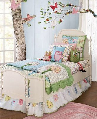 Gente, olha que meiga essa decoração com o tema de corujas!!! Adorei as almofadas! Detalhe para a corujinha com as perninhas penduradas para fora da cama!!!