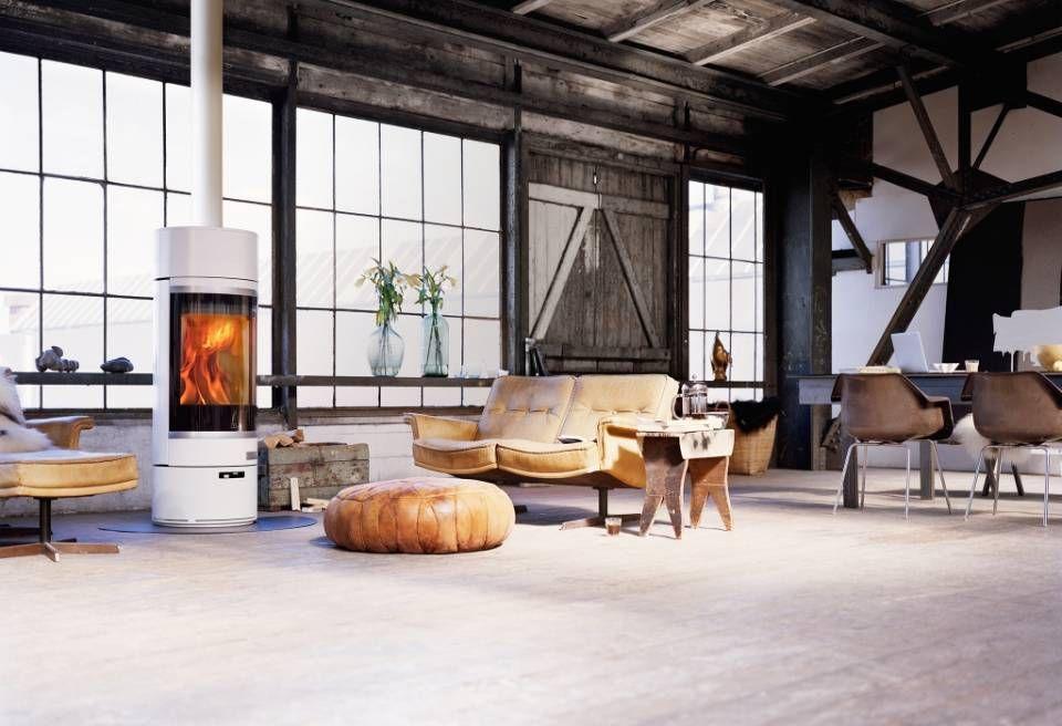 interieur in scandinavische woonstijl met witte houtkachel