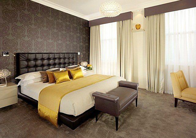 papier peint pour chambre adulte en couleur marron avec des coussins