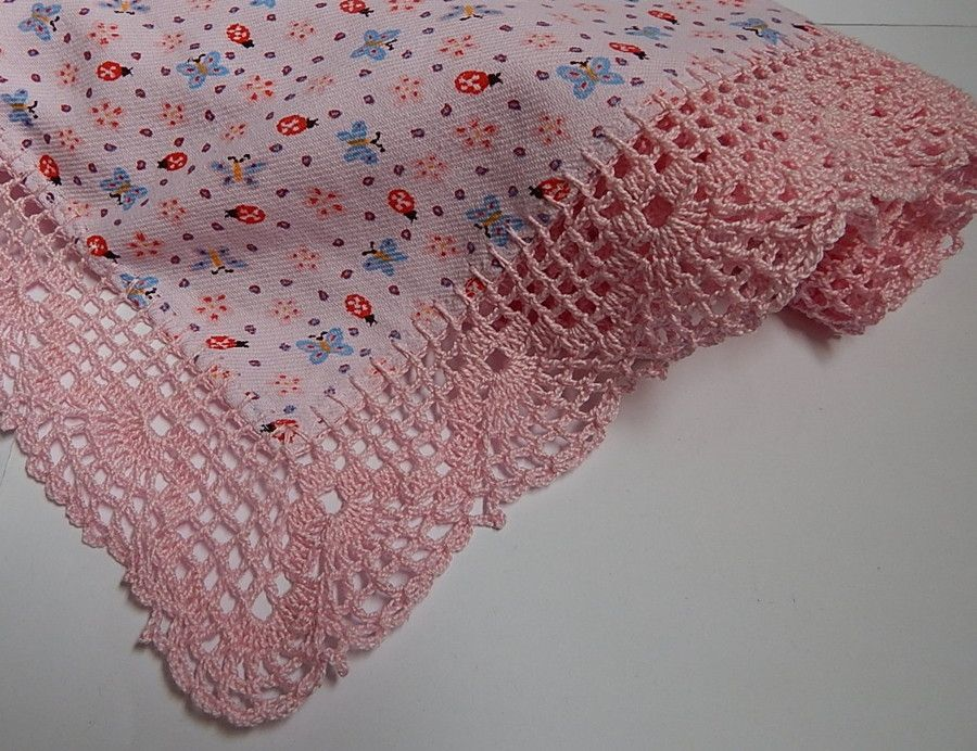 Manta de flanela, com barrado em crochê por toda a volta.  Usadas também como coeirinhos.  Aquece e deixa o bebê confortável !  As estampas e cores variam de acordo com a disponibilidade do fornecedor.  Medidas: 0,80 cm x 0,80 cm (flanela)   0,86 cm x 0,86 cm ( com o barrado)  1 unidade........45...