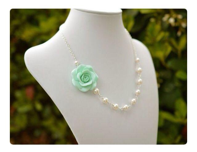 Hermoso collar con perlas y rosa decorativa en porcelana fria