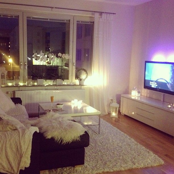 Cute little one bedroom apartment looking over the city for Simple apartment living room ideas