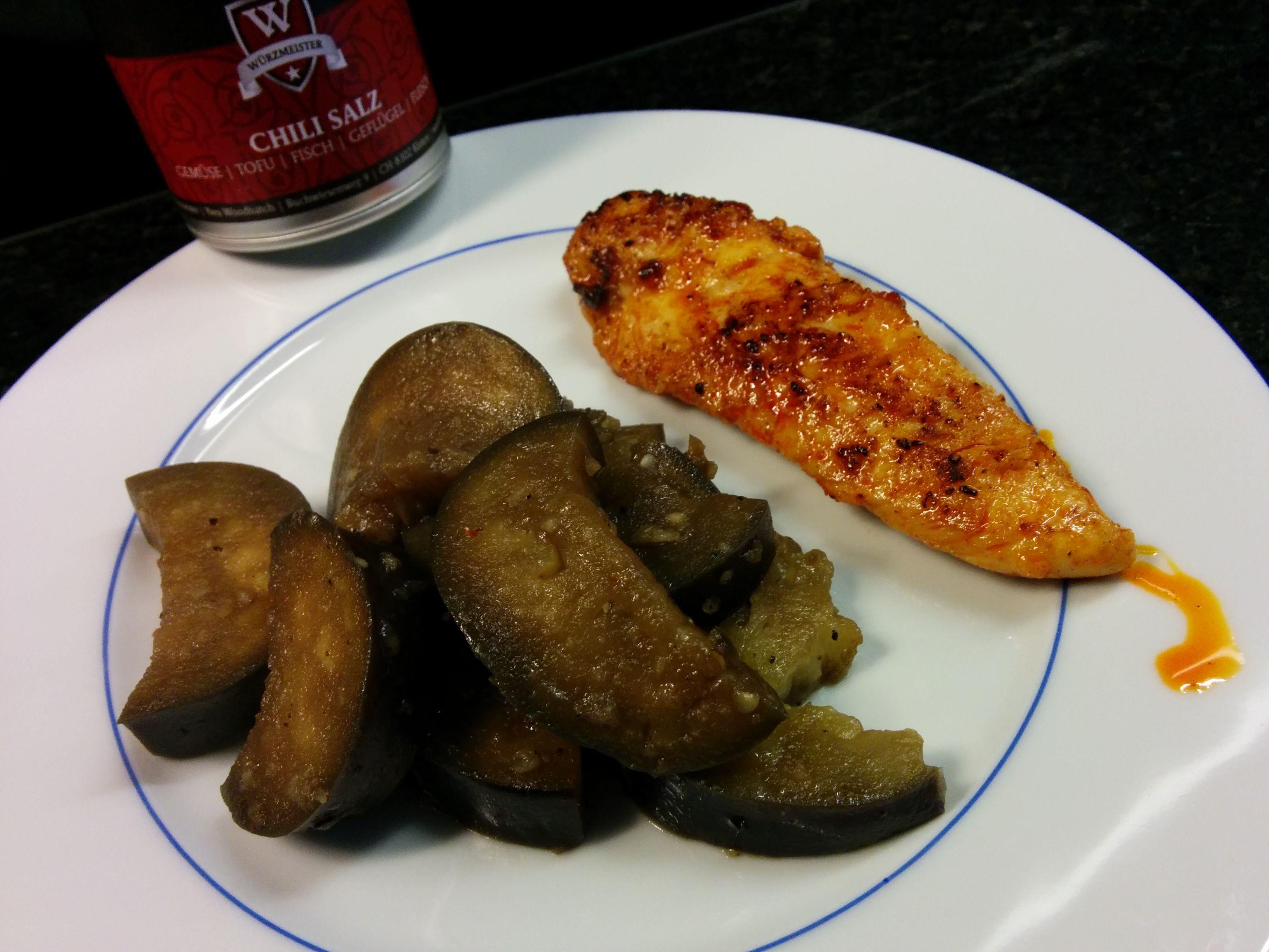Auberginen Stir Fry 500g  japanische Auberginen, 100 ml Öl 300 ml Wasser, Chili-Salz von Würzmeister.ch, 2 Knoblauchzehen, 3 EL Sojasauce, 1 EL Zucker