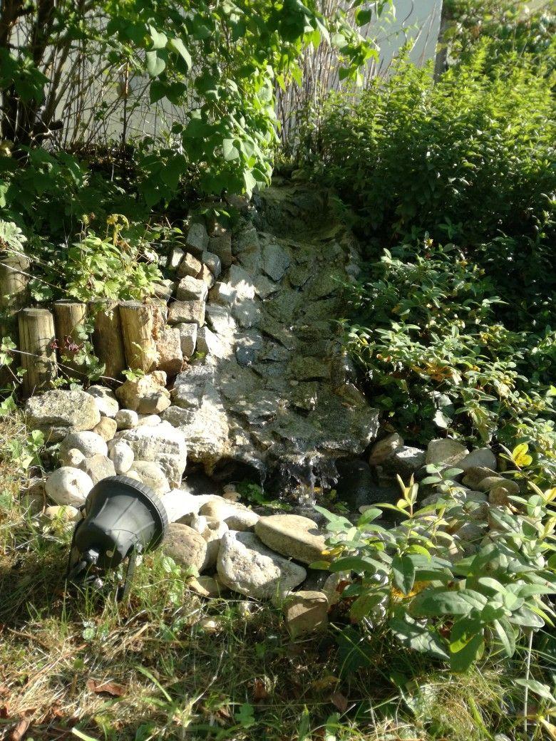 Der Zweite Bachlauf Lauft In Stufen Von Einem Hugel Bachlauf Garten Hugel