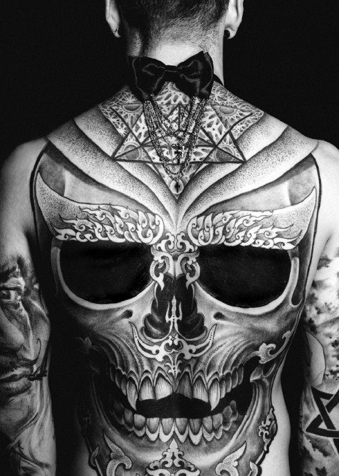 24bab041a boy from the back with large skull tattoo | Tattooed girls and boys ...