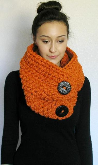 c24b10b7b7f Cache-cou (snood) orange à grosses mailles et gros boutons