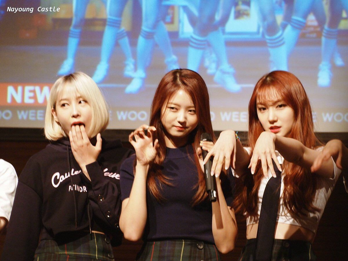 PRISTIN ♡ YuHa 유하 with Im NaYoung 임나영 & RoA 로아 being asked for a 'horror movie' pose at fansign 170429 #유유 #냐냐 #로로 #프리스틴 #팬사인회
