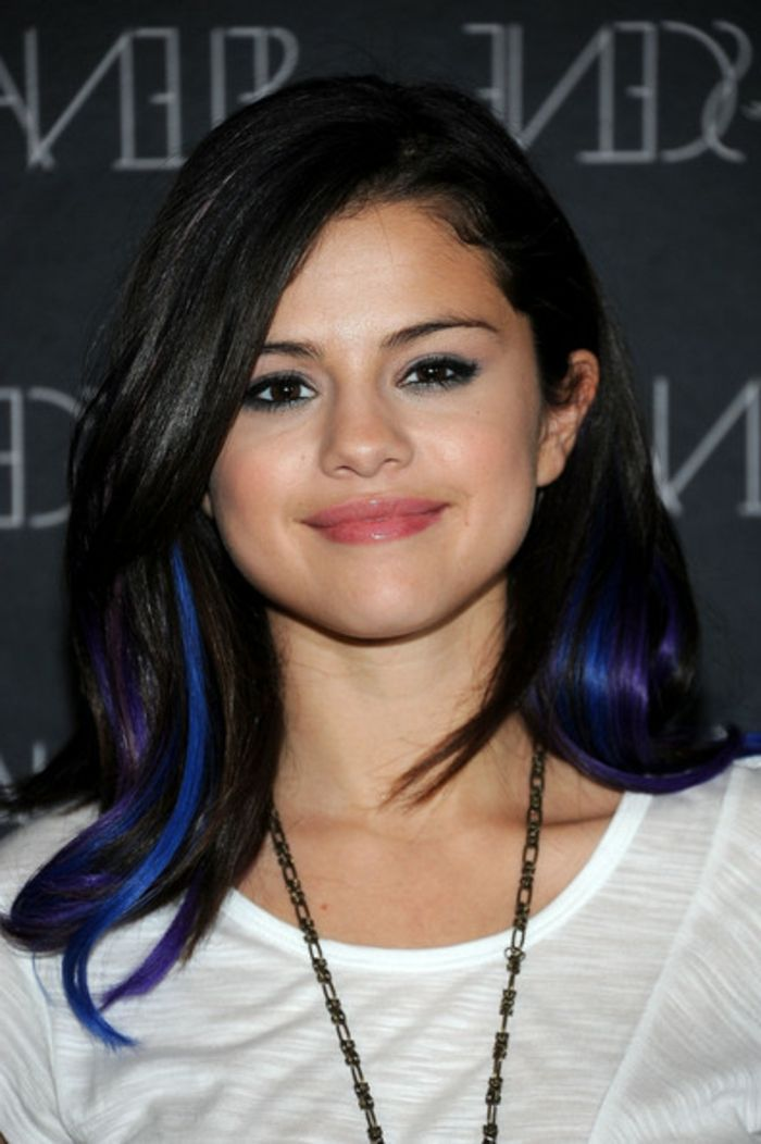 braune haare mit blauen strähnen