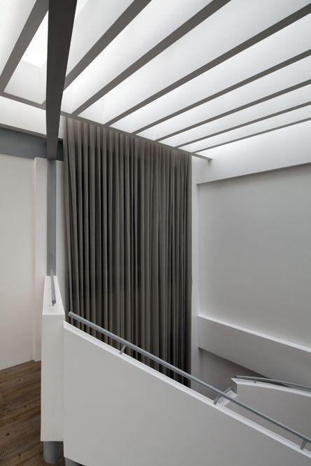 El diseño y construcción de la nueva pérgola con estructura metálica recubierta en tablaroca sobre el domo permite regular la luz natural y la disminuir la temperatura en el vestíbulo principal.
