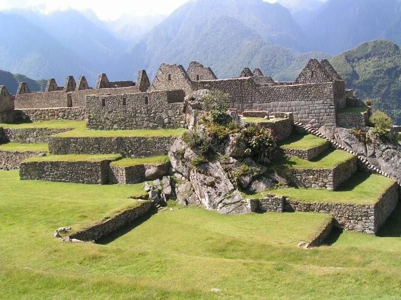 """Aggiunge Tamayo Herrera: """"Il valore di Machupijchu, per gli Inca, è stato religioso, magico, e soprattutto paesaggistico, perché il paesaggio per gli Hanan aveva un fascino particolare: i picchi, le cime innevate, i precipizi, i boschi, ecc...resero Machupicchu un luogo dal paesaggio singolare, che per gli Inca era parte della loro stessa religione. Per questo avrebbero scelto Machupicchu, per l'eccezionalità del suo paesaggio""""."""