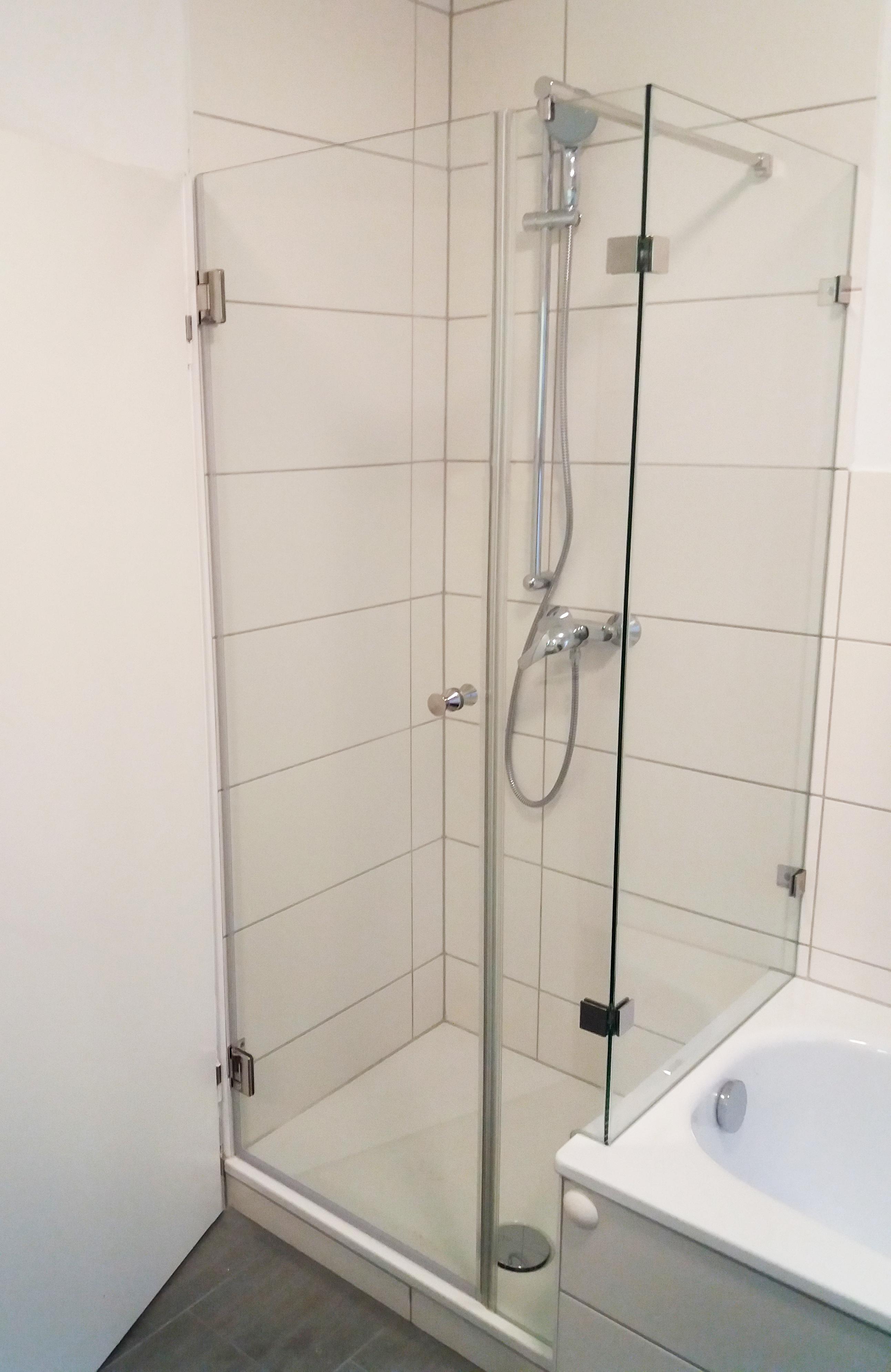 Duschabtrennung Zur Wanne Mit Schmalem Festteil Und Edlen Edelstahlbeschlagen Dusche Badewanne Duschabtrennung