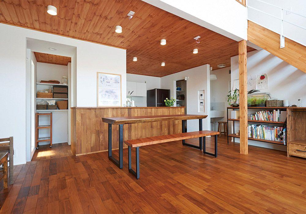 B 天井板張りのダイニング キッチン Br B ダイニングは 天井高を抑えることでよりリビングの勾配天井が際立つ工夫を盛り込んだ Br A Href Case Case09 詳細はこちら A 注文住宅 住宅