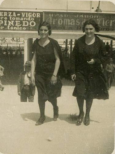 «La de la izquierda es mi abuela Carmen de Berrazueta (1913-2001) con su hermana Cuca en el Sardinero (Santander) el verano de 1931»