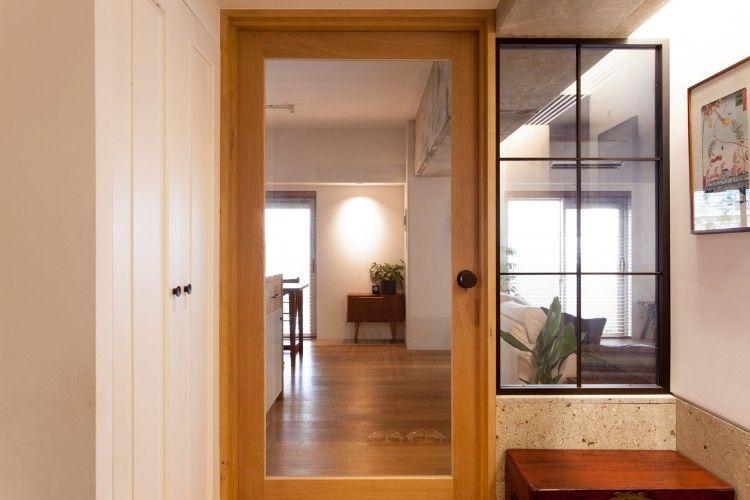 玄関ドアを開けると ガラス入りのドアとスチールの格子窓越しに