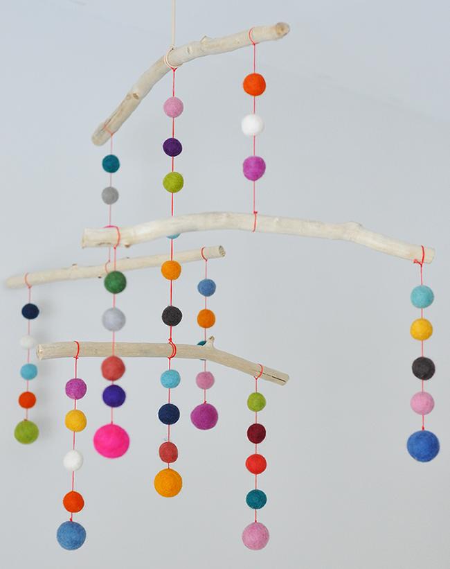 b5e00c1bc1 Boho Deco Chic  DIY  Guirnalda de bolas de fieltro de colores