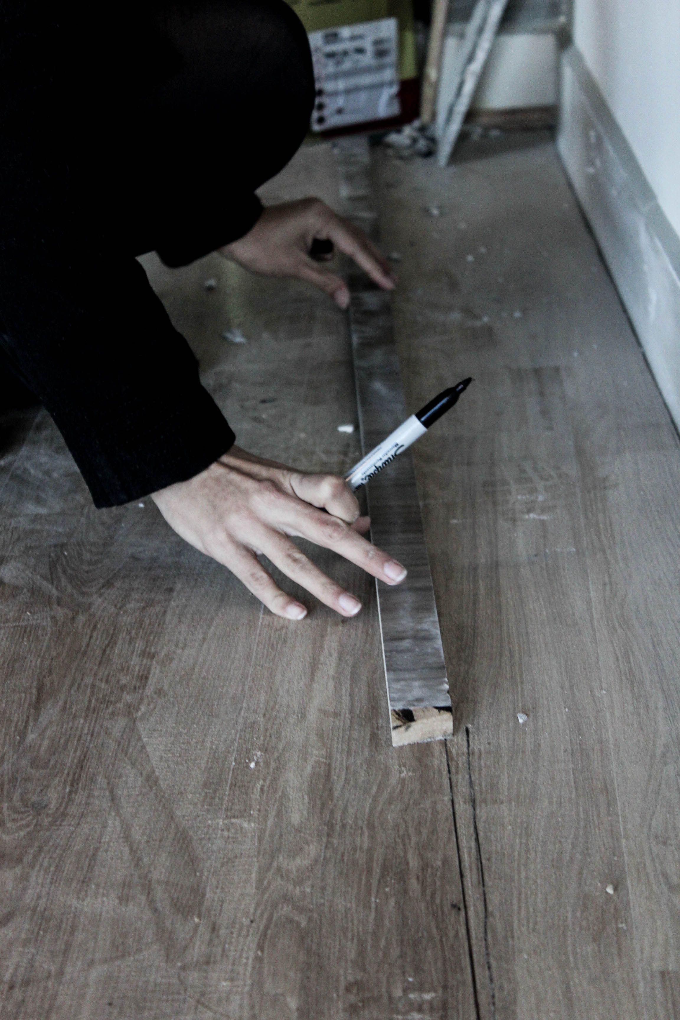 Desenhando no chão onde seria instalado o piso de grama sintética. #diariodeobra #escala1:1 #arquitetura #escalareal