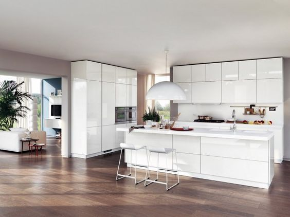 Cucina bianca e parquet scuro - Come abbinare il parquet al ...