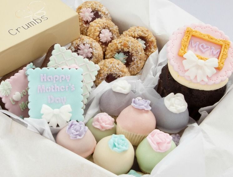 Mother's Day Gift Box with a decorated MOM frame cupcake, pastel flower cupcake bites, decorated bro… | Mothers day cake, Mothers day desserts, Mothers day cupcakes