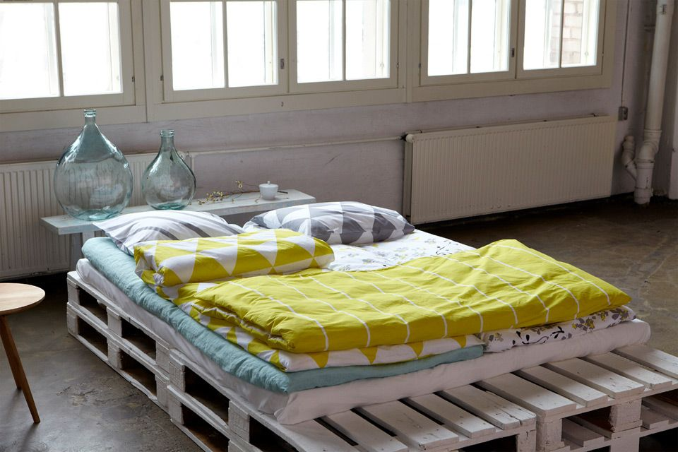 White wooden pallet futon diy in scandinavian style bed for White pallet bed
