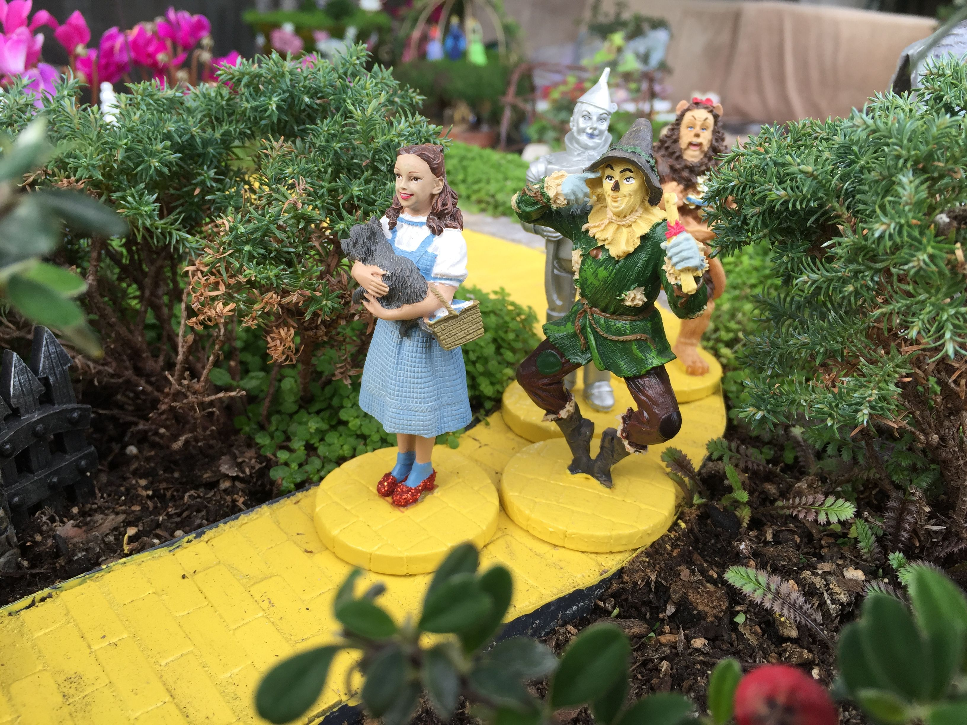 Gnome In Garden: WIZARD OF OZ. This Miniature