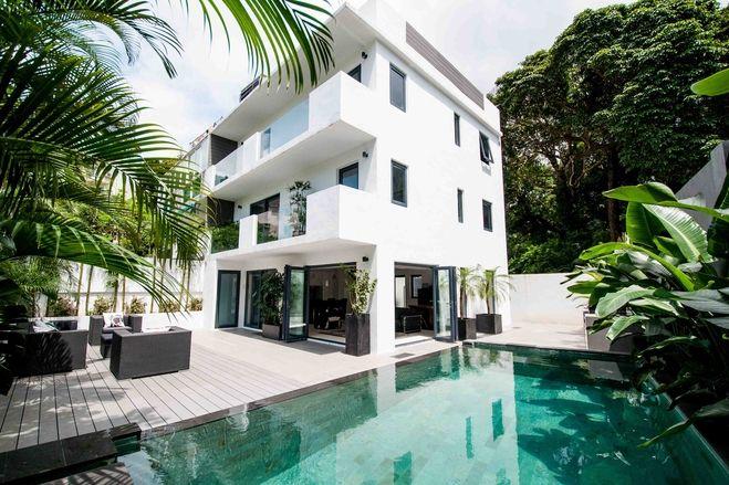 香港の3階建てのビルを改築したプール付き邸宅 3階建て ビル プール