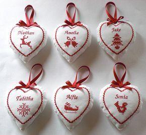Cuscinetti a forma di cuore con i nomi ricamati a punto croce: per un Natale in famiglia