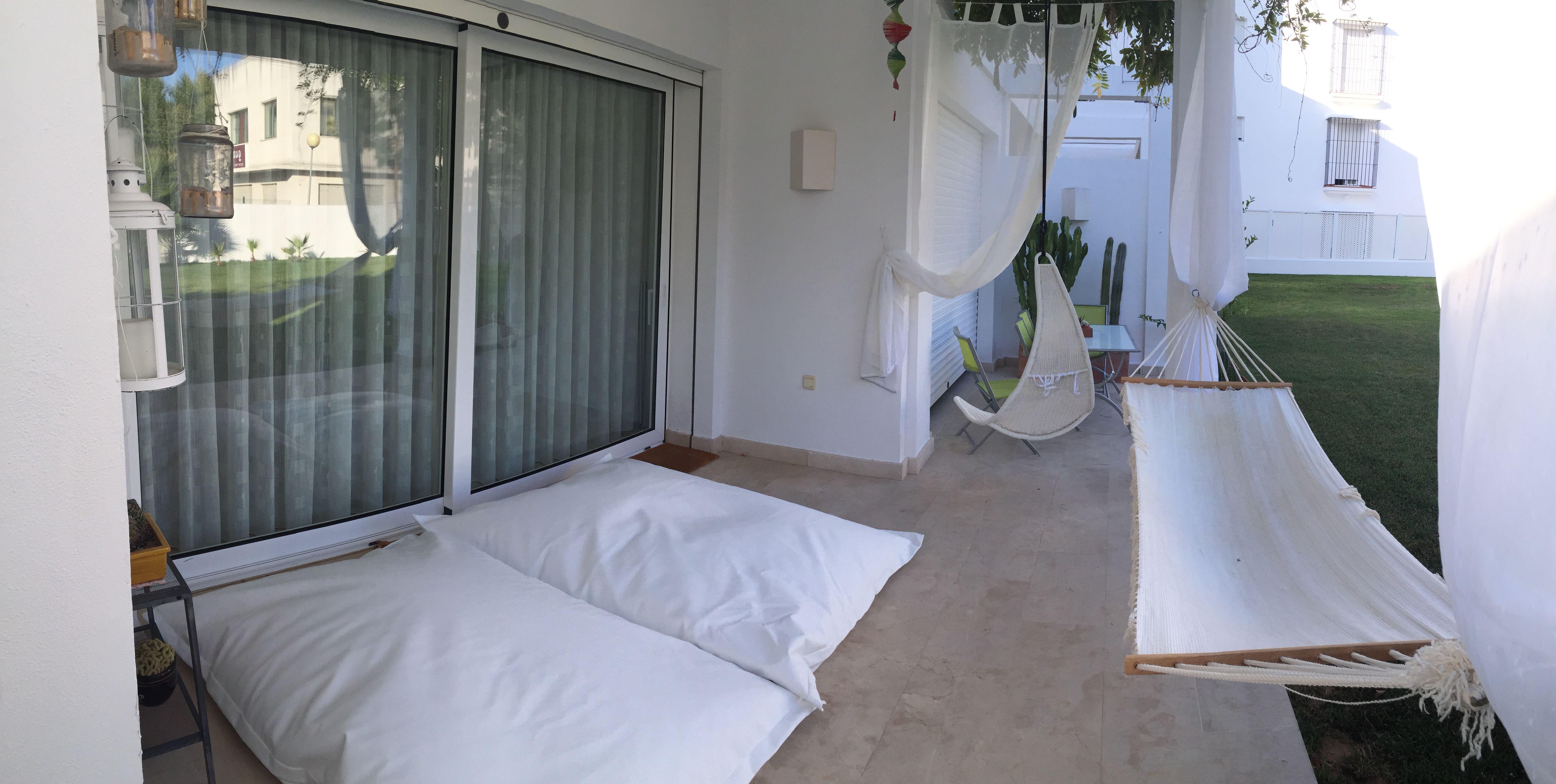Decoración de terraza del apartamento B10 del residencial Bignonia en Guadiaro (Sotogrande)