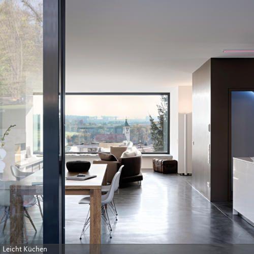Die Grosse Fensterfront In Der Wohnkche Lsst Einen Panorama Blick Zu Mit Einem Glnzenden
