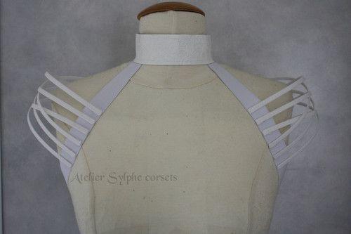 Collier blanc tour de cou et épaule fantaisie cerclé