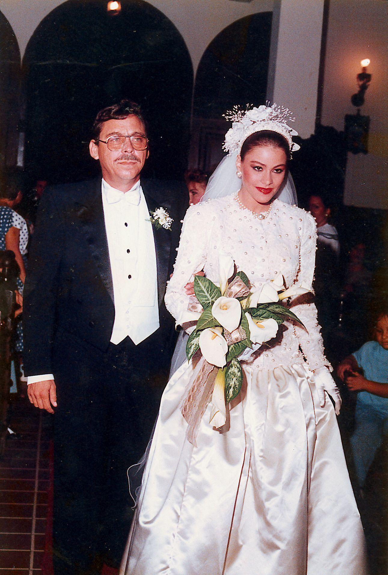 Amazing Photos Of Sofia Vergara S Teenage Wedding Prove She Doesn T Age Sofia Vergara Wedding Celebrity Bride Bride