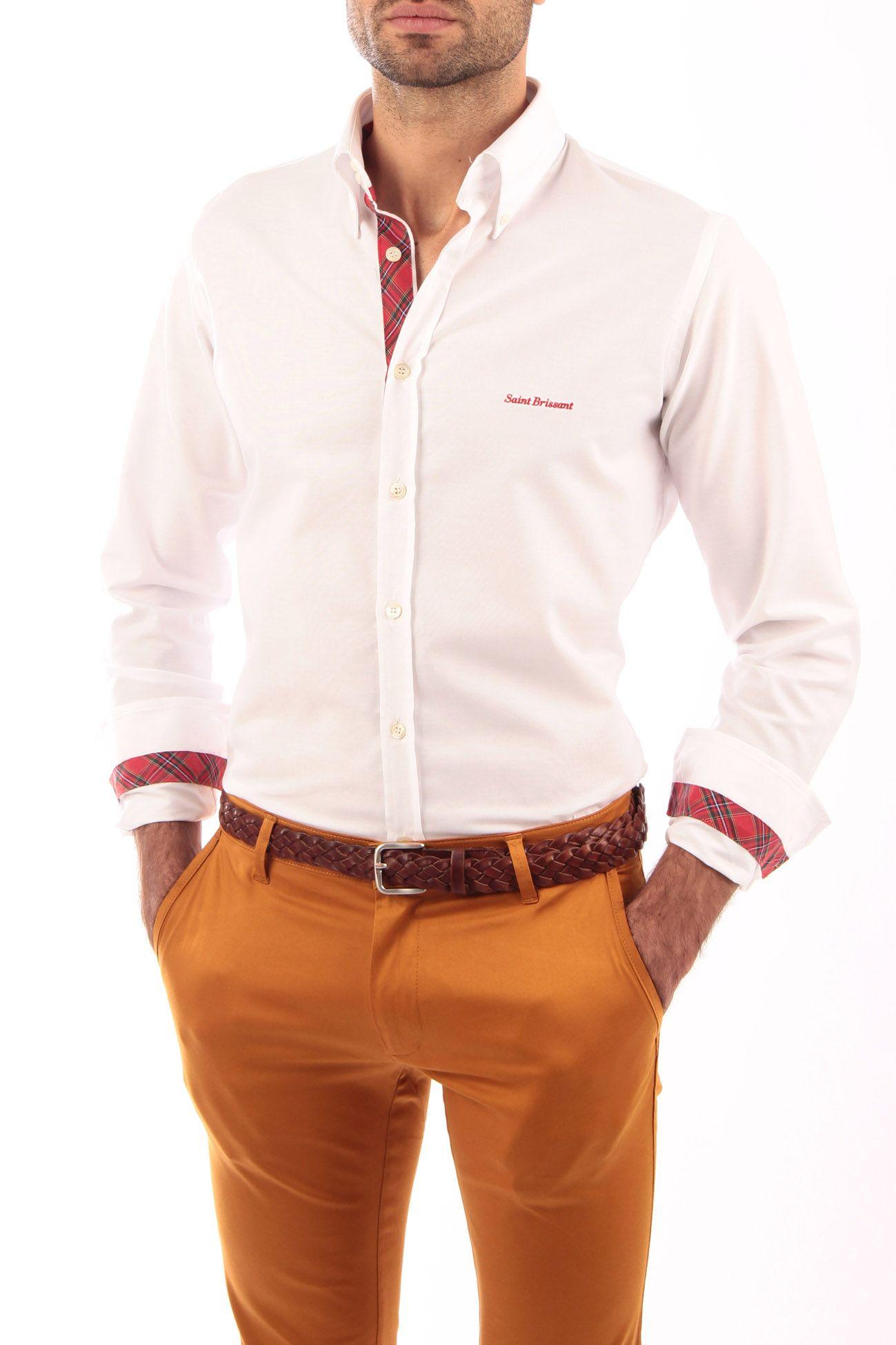Camisa Oxford blanca con cinta escocesa roja. Detalles de cinta escocesa en vista de botones, interior de puños e interior del cuello. Detalle de bordado en pecho e interior de canesú. Fabricado en España. 100% artesanal.
