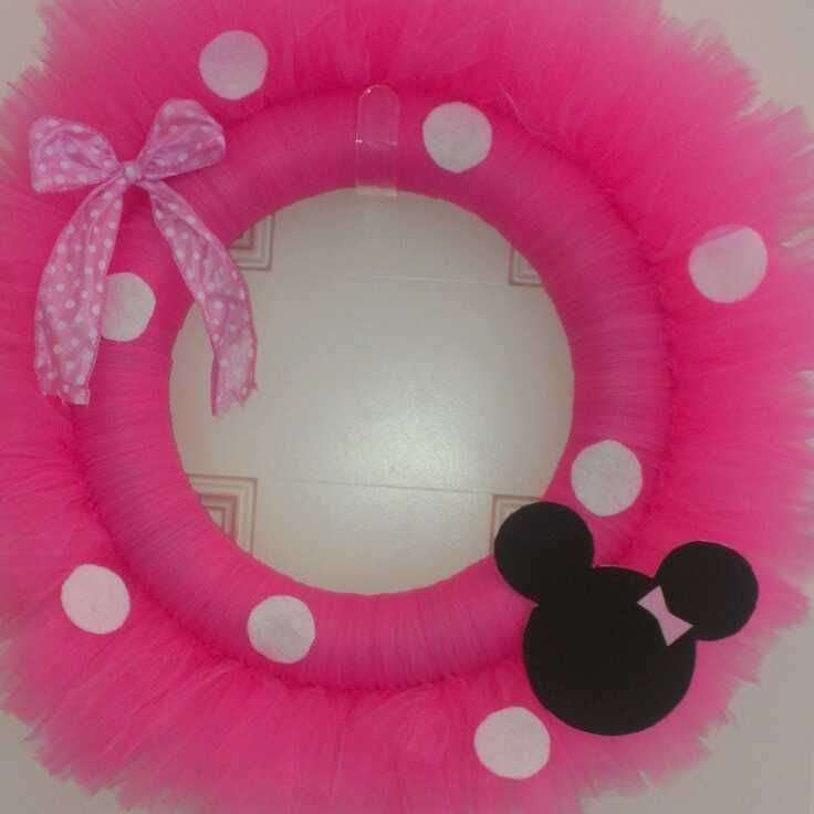 Minnie Mouse Wreath. Who wants to make this for my niece??