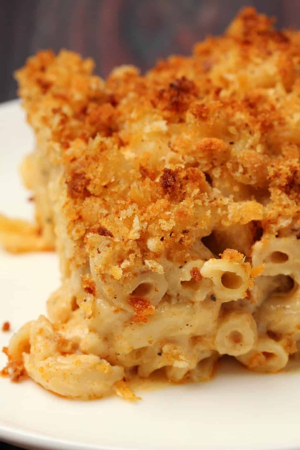 This Classic Vegan Mac And Cheese Is Ultra Cheesy Saucy And Creamy Topped With Bread Vegan Mac And Cheese Vegetarian Mac And Cheese Dairy Free Mac And Cheese