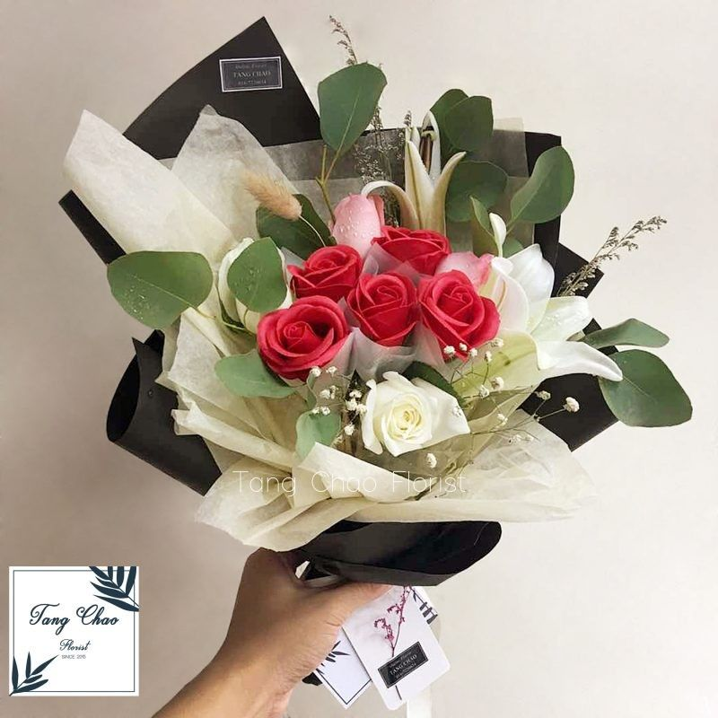 Lilies With Soap Rose In 2020 Florist Delivery Lily Bouquet Florist