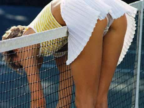 Через юбку видно трусы