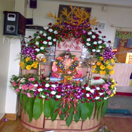 Fresh artificial flowers decoration ganpati decoration for Decorations of ganpati for home